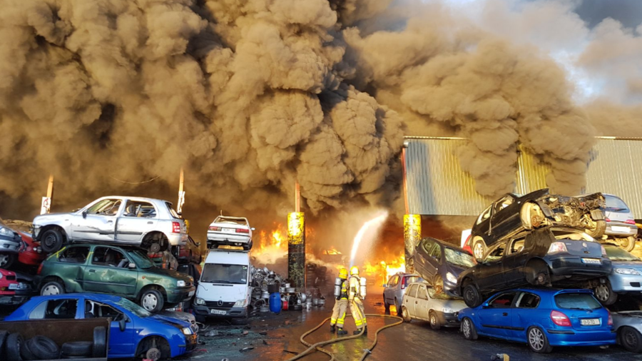 Firefighters battle huge blaze beside Dublin airport (VIDEOS, PHOTOS)